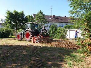 Traktor_pfluegt_2